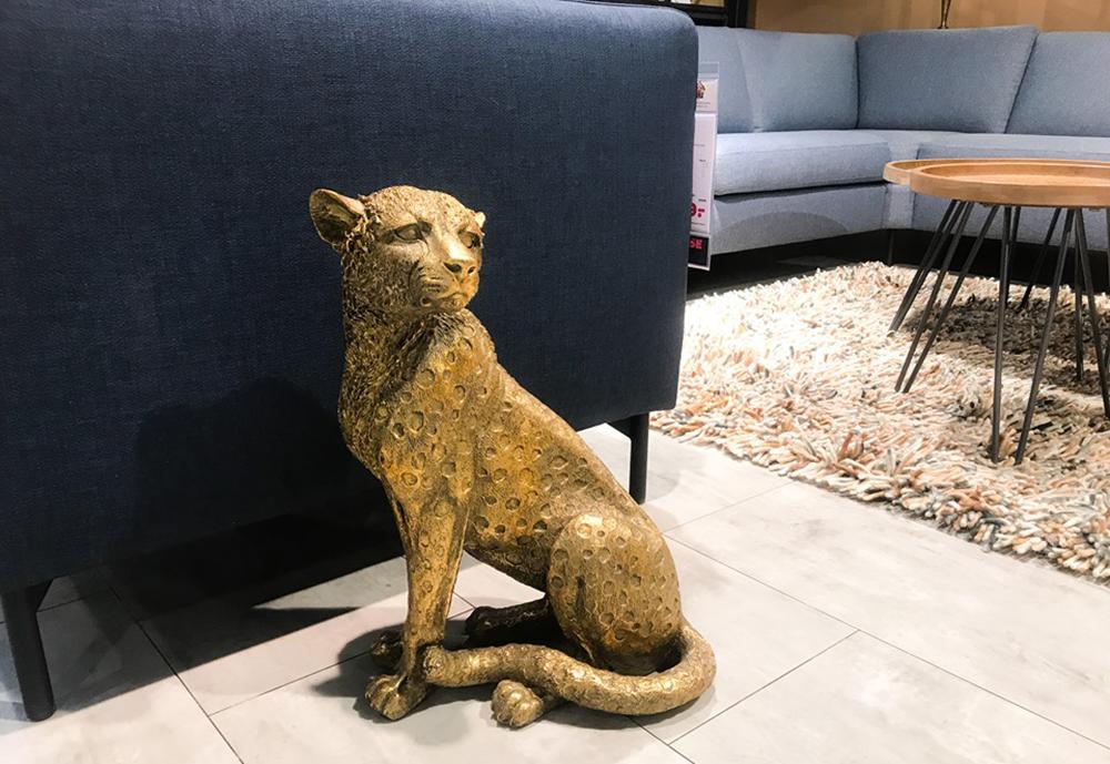 beeld luipaard in het interieur